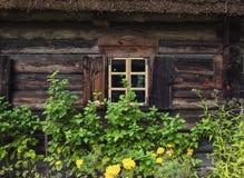 Trähusfönster med slutare Litauen Royaltyfri Bild