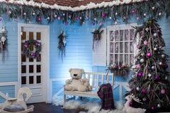 Trähusfarstubro som dekoreras för jul arkivbild