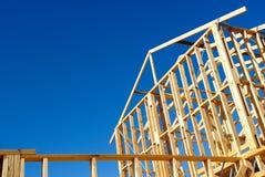 Trähusram mot blå himmel Fotografering för Bildbyråer
