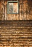 trähusväggen med fönstret royaltyfria foton