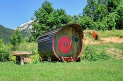 Trähusvagnvagn nära den kroatiska monteringen Velebit Royaltyfri Fotografi