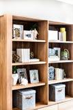 Trähylla med utsmyckade objekt som gamla askar och böcker Royaltyfri Bild