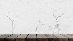 Trähylla på sprickabetongväggen för produktskärm arkivfoton