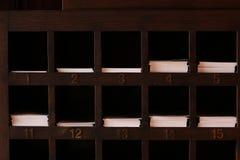 Trähyllaspringor för papper arkivfoton