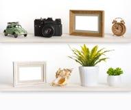 Trähyllor med släkta objekt för lopp minne Arkivbild