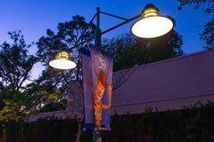 Träig av det Toy Story tecknet med streetlights i Hollywood studior på Walt Disney World royaltyfria bilder