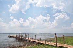 Träig bro och etapp för fiskare Royaltyfria Bilder