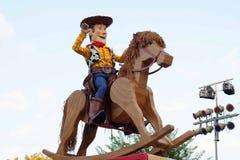 Träig från Toy Story på en vagga häst på flötet i Disneyland ståta Arkivbilder