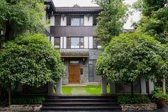 Träig ingång av gammalmodig kinesisk byggnad på regnig dag Arkivbilder