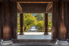 Träingång av en japansk tempel i kyoto Arkivbilder
