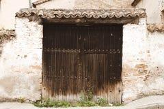 Träingång till ett garage i Buitrago de Lozoya, Madrid, Spanien royaltyfria foton