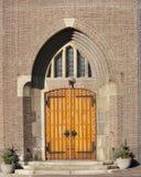 Träingångsdörr av kyrkan Arkivfoto