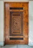 Träinristad dörr med geometriska inristade modeller royaltyfri bild