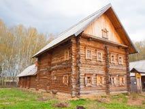 Träjournalhus i rysk by i den mellersta Ryssland Royaltyfri Bild