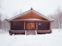 Träjournalhus i vinterskog Royaltyfri Fotografi