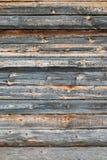 Träjournalvägg av det gamla lantliga huset Arkivbild