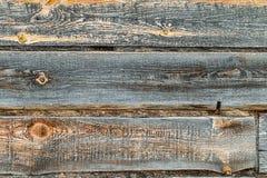 Träjournalvägg av det gamla lantliga huset Arkivfoto