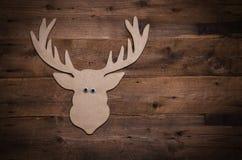 Träjulbakgrund med horn på kronhjort eller rengarnering Arkivfoto