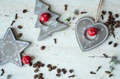 Träjulleksaker på tabellen Träd, hjärta, stjärna, kaffebönor och kryddor Lantlig julbakgrund Arkivbild