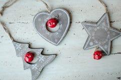 Träjulleksaker på tabellen Träd hjärta, stjärna Lantlig julbakgrund Royaltyfri Bild