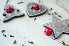 Träjulleksaker på tabellen Träd, hjärta, stjärna och kryddor Lantlig julbakgrund Arkivbilder