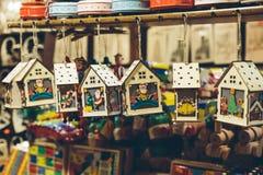 Träjulpynt på julmarknaden Arkivfoton