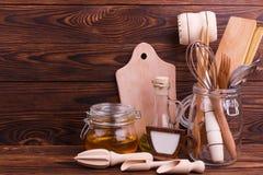 Träkökhjälpmedel på en brun bakgrund arkivfoto