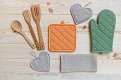 Träköksgeråd, potholder, handske och servett arkivbild