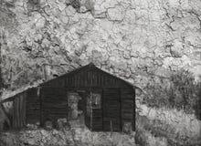 Träkabin i en skog i bergen Arkivbilder
