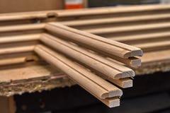 Träkabineda dörrar Ställe i denna ram som du önskar Hem- arkiv med klassisk design Trämöblemangtillverkningsprocess royaltyfri bild