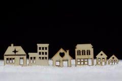 Träkabiner i snön Royaltyfria Bilder