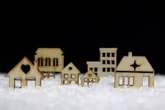 Träkabiner i snön Royaltyfri Foto