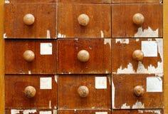 Träkabinett med enheter Arkivbild