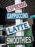 Träkaffe- och Smoothiestecken Royaltyfria Foton