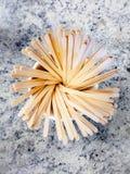 Träkaffeuppståndelsepinnar byter ut plast- sugrör royaltyfri fotografi