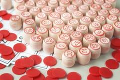 Träkaggar och chiper för en lek i en lotto Arkivfoto