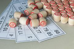 Träkaggar och kort för en lotto Royaltyfria Bilder