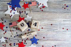 Träkalender med datumet av Juli 4, den lyckliga självständighetsdagen, patriotism och minnet av veteran royaltyfri fotografi