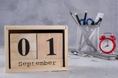 Träkalender med datumet 1st September books isolerat gammalt för begrepp utbildning Fotografering för Bildbyråer