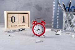 Träkalender med datumet 1st September books isolerat gammalt för begrepp utbildning Royaltyfria Bilder