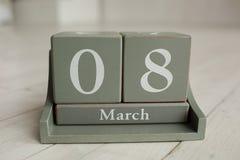 Träkalender med 8 mars och floowers på vit bakgrund Royaltyfri Foto
