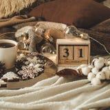 Träkalenderuppsättning för gammal tappning på 31na av December med koppen med te eller kaffe, kakor i formen av snöflingor, slags arkivbilder