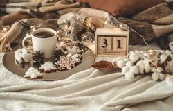 Träkalenderuppsättning för gammal tappning på 31na av December med koppen med te eller kaffe, kakor i formen av snöflingor, slags fotografering för bildbyråer