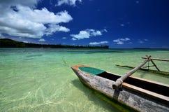 Träkanot på den tropiska ön royaltyfri foto