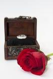 Träkista med den röda rosen och den guld- cirkeln Royaltyfria Foton