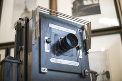 Träklassisk retro kamera på tripoden Royaltyfria Foton