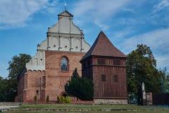 Träklockatorn på den gotiska kyrkan Royaltyfria Foton
