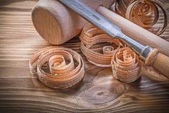 Träklubbalägenheten mejslar krullade shavings på det wood brädet för tappning Fotografering för Bildbyråer