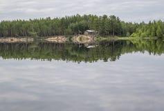 Träkoja för jägare och fiskare i skog, på ön Paanajärvi nationalpark, Karelia Arkivfoton