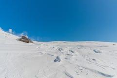 Träkoja i snöig landskap Arkivbilder